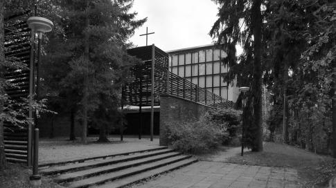 H.& K.Siren: acceso desde el bosque al atrio previo a la capilla de Otaniemi (1957)